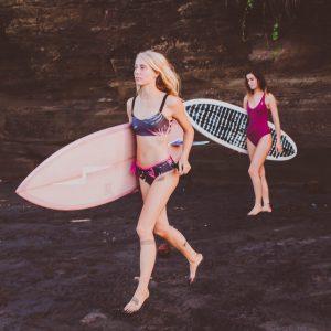 Zealous Clothing Surfbikinihose pink paradise Surfboard laufen