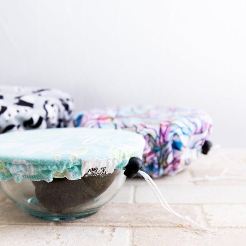 Die waschbaren und wiederverwendbaren Covers für Schüsseln und Teller machen es dir ein Leichtes Einwegfrischhatlefolie aus Plastik in deiner Küche zu ersetzen!